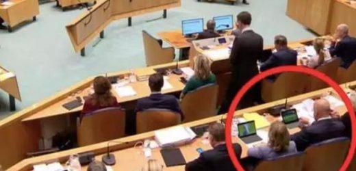 荷兰国会正辩论呢,司法部长和交通部长却看球看high了…