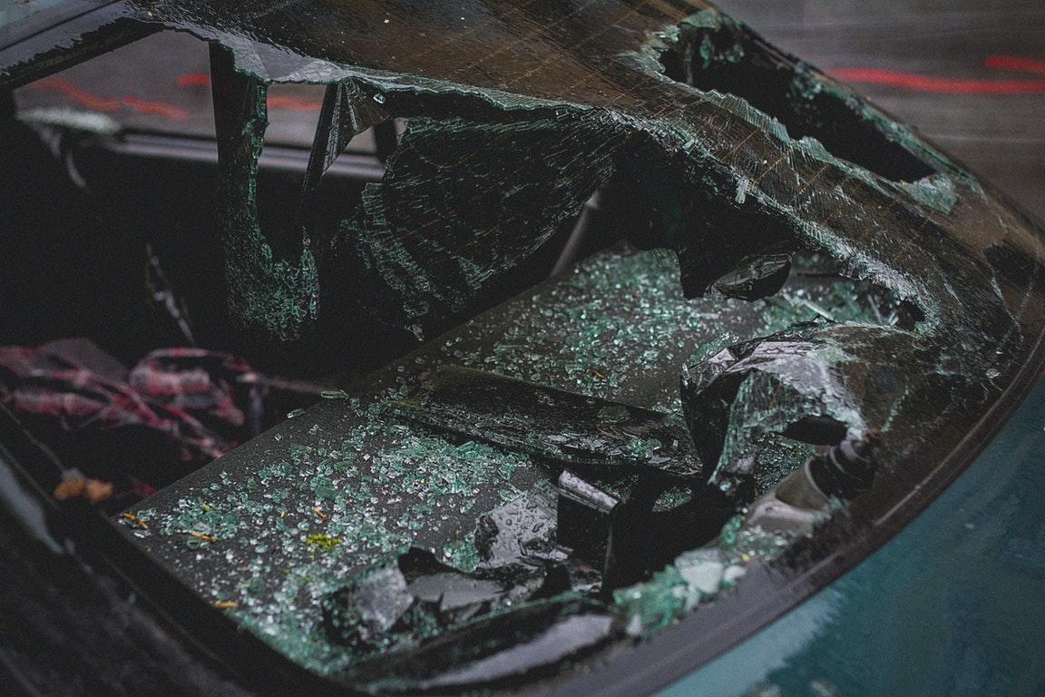 """荷兰一驾驶员失控,驾车""""破墙而入"""",闯入教堂"""