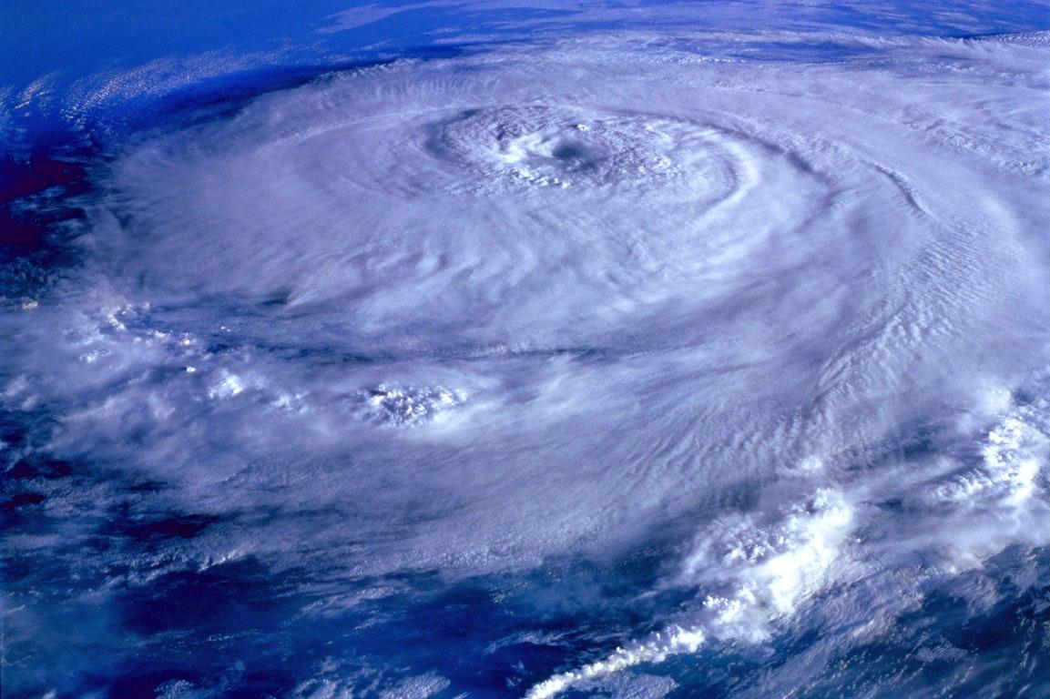 风暴肆虐过后的荷兰,交通混乱,数百班飞机被取消