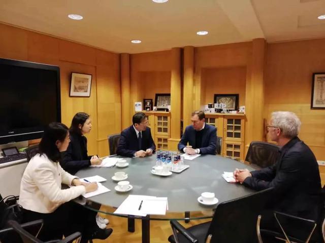 徐宏大使就疫情防控工作同荷兰医疗大臣交换意见