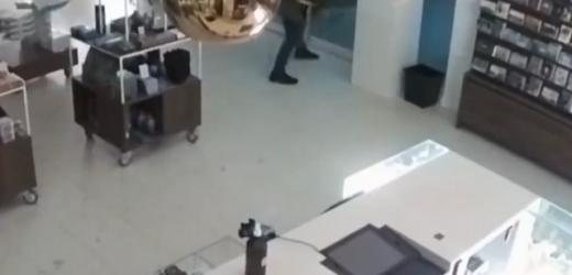 用铁锤猛砸玻璃门?!荷兰博物馆梵高名画被盗监控曝光